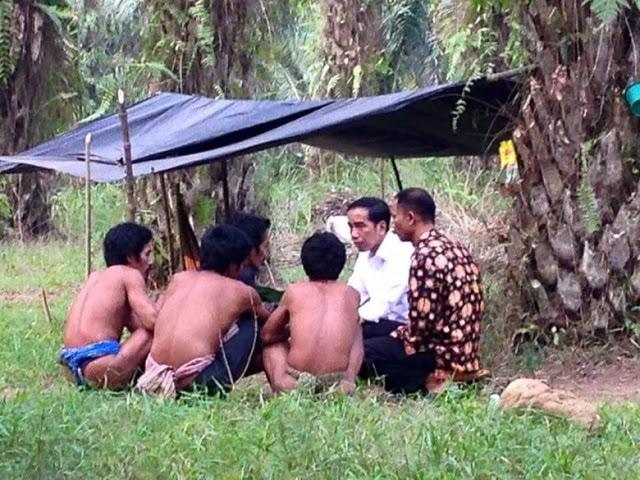 http://news.detik.com/berita/3058354/jokowi-jadi-presiden-pertama-yang-kunjungi-suku-anak-dalam-ini-suasananya